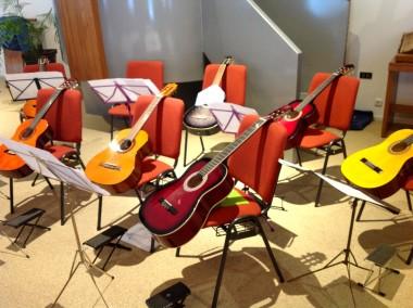 gitaren op stoel